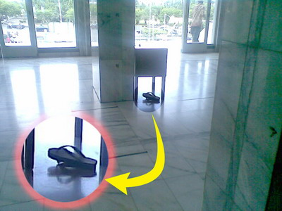 Sandal Jepit bawah kotak infaq.jpg
