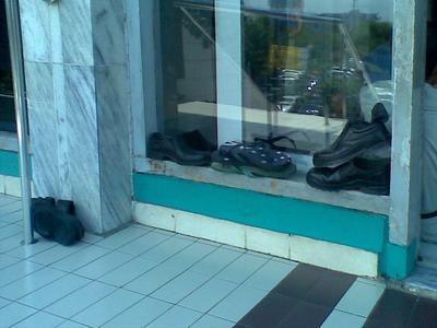 Sandal Jepit taruh di kaca.jpg