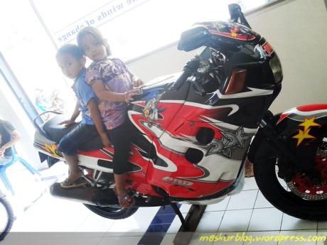Suzuki terbesar di kota Cilacap, di sebelah ruangan servis ada motor