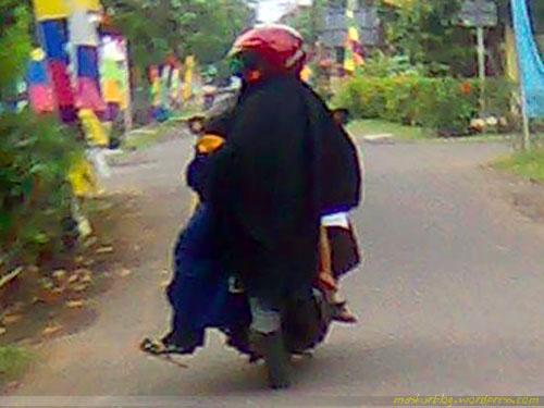 Ukhti, Singkaplah Hijabmu