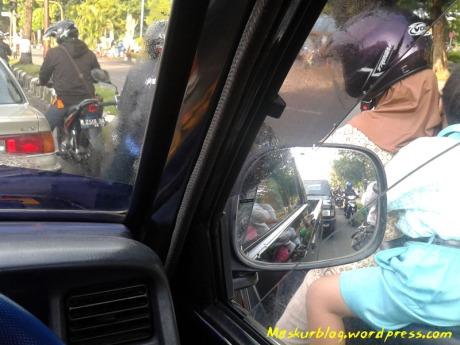 Lampu merah mobil motor di kiri
