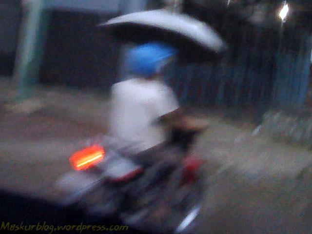Naik Motor Pake Payung