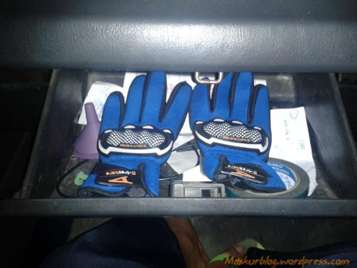 Glove di Dashboard Mobil