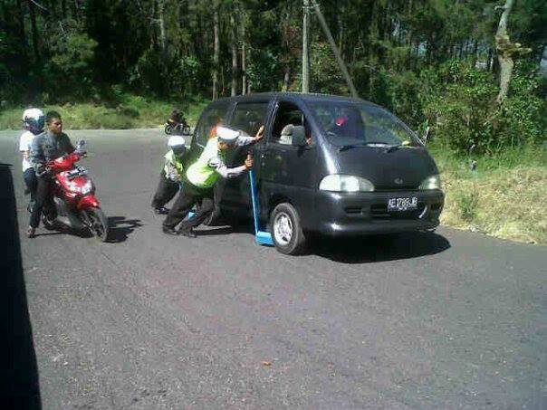 Polisi Yang Baik Dorong Mobil