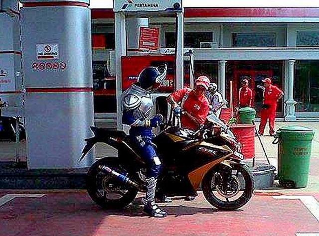 Kamen Rider Blade naik CBR isi Pertamax6