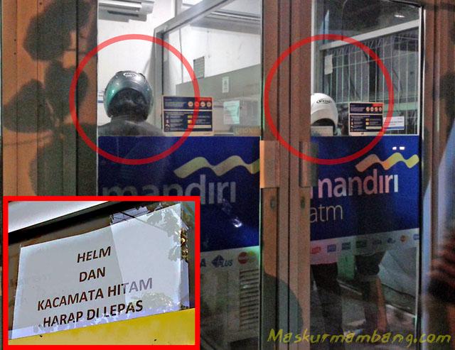 Pakai Helm Di ATM
