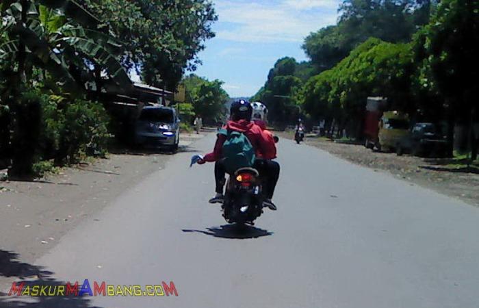 Sales Menyebar Brosur Di Jalanan1