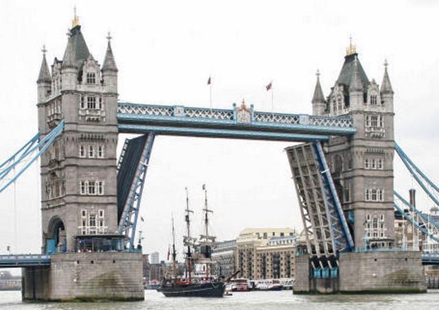 jembatan london diangkat