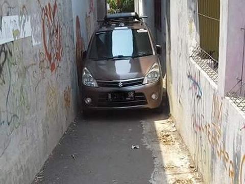 Karimun Wagon R - mobil lewat celah sempit