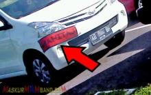 mobil latihan ditempel stiker di pojokan