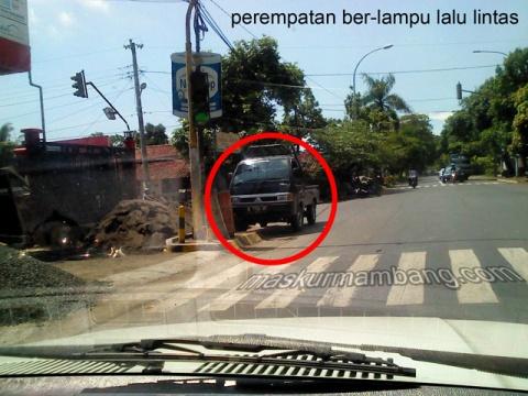 Mobil Parkir Di perempatan lalu lintas