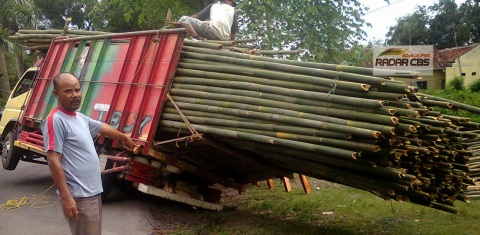 Truk Angkut Bambu 2 - ambles