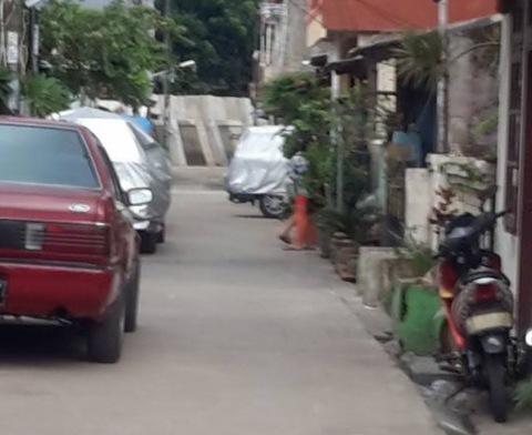 parkiran di kompleks perumahan crop